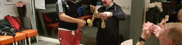 Ignas Kamps ontvangt de Hengst & Bal Trofee van Colin Jennings